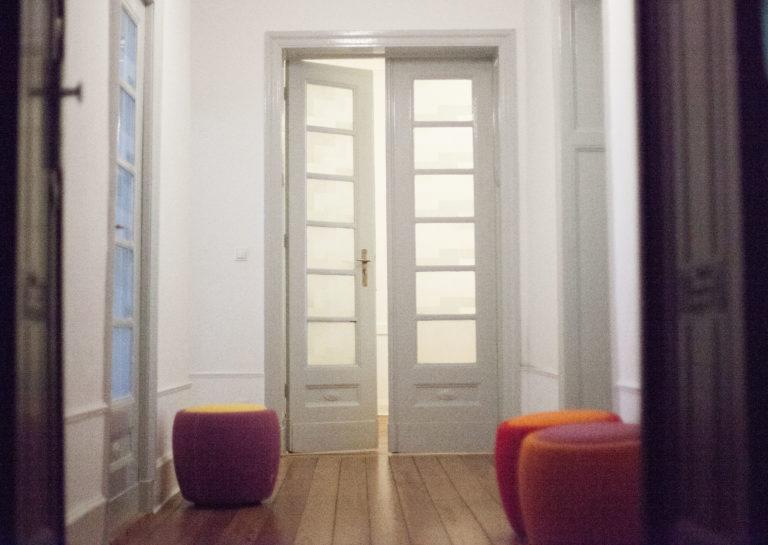 Eingang und Warteraum zur Praxis Paartherapie Berlin Charlottenburg