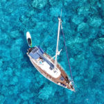 Ein Boot auf klarem Wasser